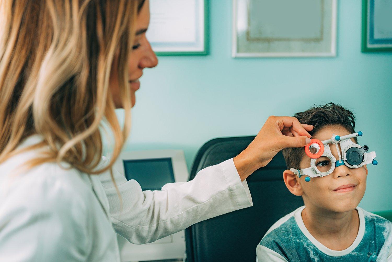 Kind beim Optiker